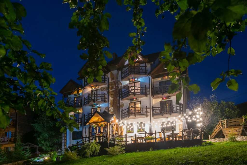 Унікальний відпочинковий комплекс розташований у 2.5 км від курорту Буковель